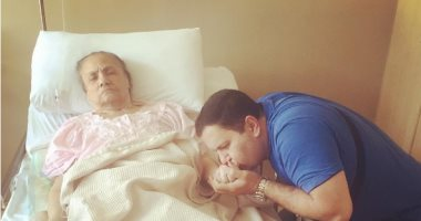إدوارد ينشر صورة والدته فى المستشفى
