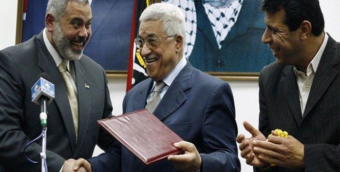 رئيس المكتب السياسي لحركة حماس بجانب رئيس السلطة الفلسطينية محمود عباس
