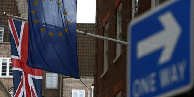 علم الاتحاد الأوروبي والعلم البريطاني خارج مبنى المفوضية الأوروبية في لندن يوم 12 أغسطس