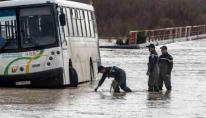 أودت فيضانات مدمرة اجتاحت تونس ، مساء أمس السبت، بحياة ثلاثة أشخاص على الأقل ، كما خلفت السيول الجارفة خسائر مادية فادحة.