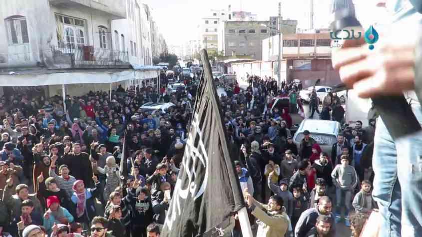 «لسنا إرهابيين».. أهالي إدلب يتظاهرون ضد النظام السوري