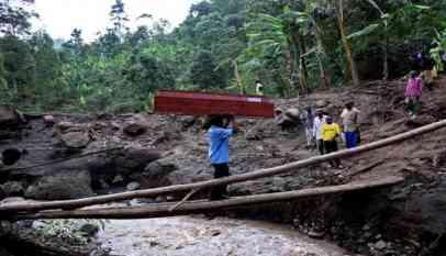 ارتفاع حصيلة ضحايا الانهيار الأرضي بأوغندا إلى 43 شخصا