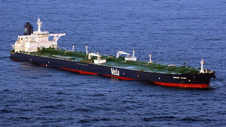 أول ناقلة نفط سعودي تصل ميناء يمني