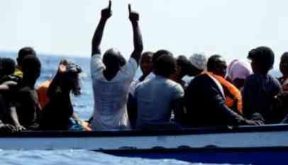 السلطات البريطانية تنقذ 9 مهاجرين من الغرق