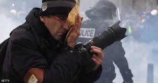 مواجهات بين صحفيين و متظاهري اصحاب السترات الصفراء بباريس 1