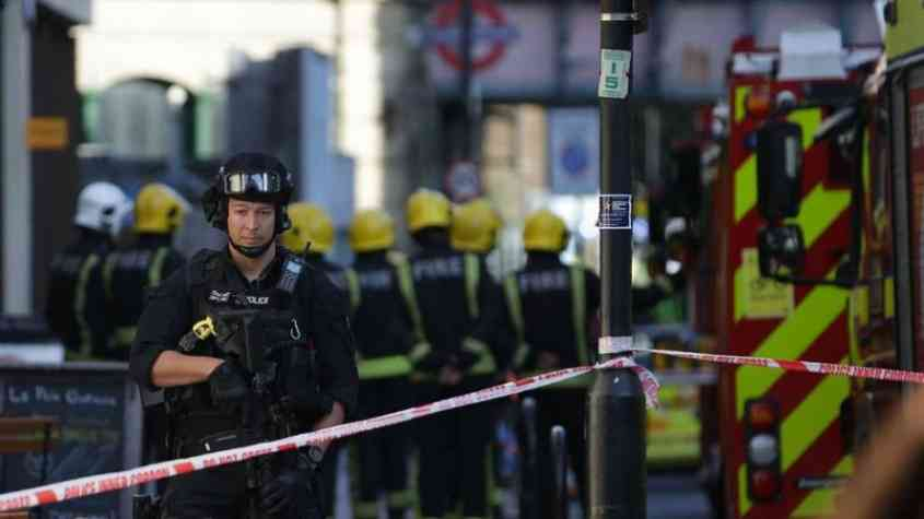 طعن 3 أشخاص داخل أحد المراكز الطبية في لندن 1
