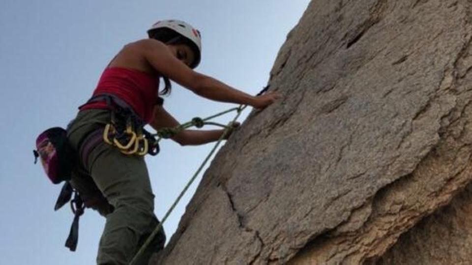 فتاة سعودية تتسلق الصخور لأول مرة