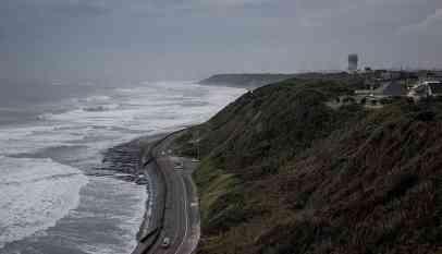 تحذير من موجات تسونامي جديدة في إندونيسيا
