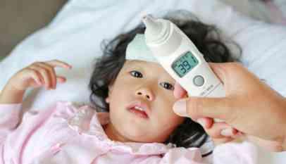 أسباب ارتفاع درجة حرارة الطفل وعلاجها