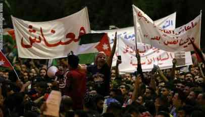 هتافات بسقوط الحكومة والبرلمان وسط العاصمة الأردنية