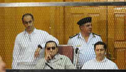 الرئيس المخلوع يشهد ضد المعزول في مصر