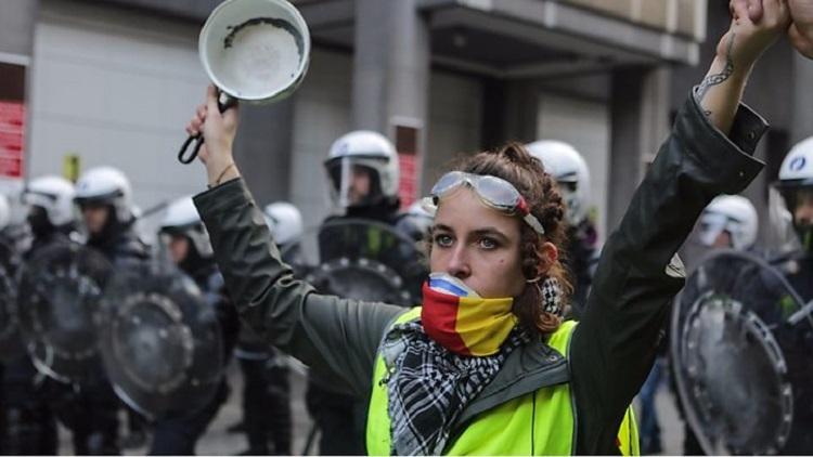 محتجون يهتفون ضد ماكرون