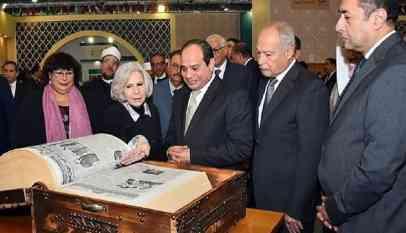 الرئيس المصري يتفقد جناح الجامعة العربية بمعرض القاهرة للكتاب