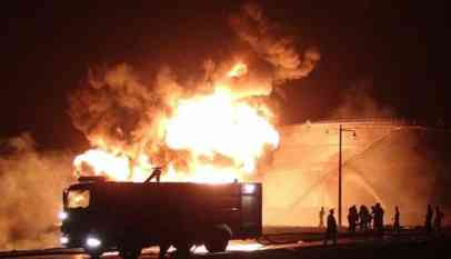 اشتعال النيران في خزانات نفضية بعدن إثر انفجار مصفاة