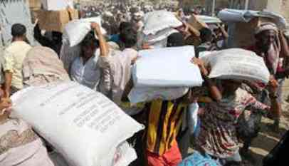 الحوثيين يقصفون مخازن لبرنامج الأغاثة