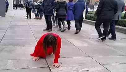 امرأة تثير الدهشة لزحفها على يديها وركبتيها في لندن