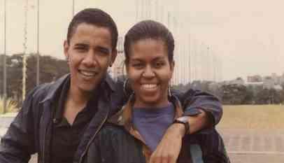 بمناسبة عيد ميلادها أوباما ينشر صورة قديمة تجمعه مع زوجتة