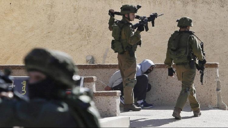 الاحتلال يعتقل 18 فلسطينيا