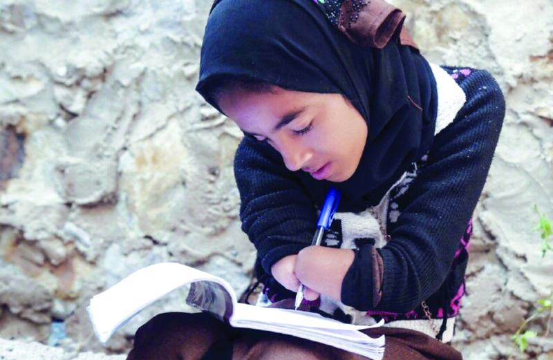 فتاة يمنية تتحدى الاعاقة وتواصل دراستها لتصبح صحفية