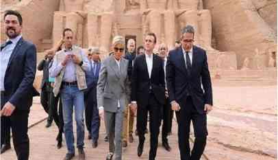 إطلالة جديدة لزوجة ماكرون في معبد فرعوني