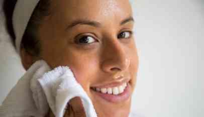 الطريقة الصحيحة لتنظيف البشرة والوجه