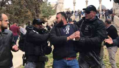 شرطة الاحتلال تغلق باب الرحمة بالمسجد الأقصي بالسلاسل 6