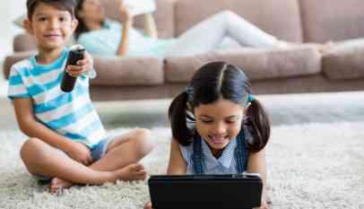 جلوس الأطفال أمام التلفاز