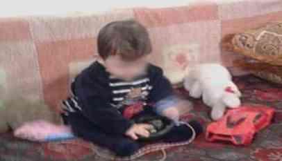 لاجئ فلسطينى يعرض طفله للبيعر