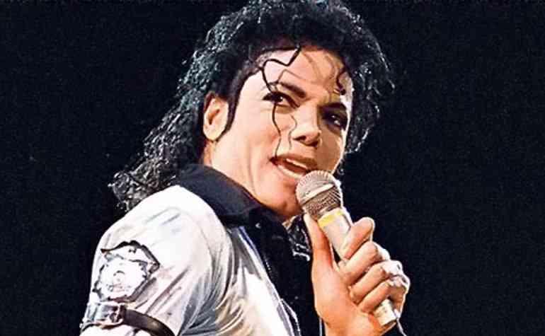 استخراج جثة مايكل جاكسون من قبرة بسبب الاعتداء الجنسى على الأطفال