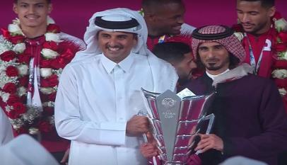 أمير قطر يرفع كأس آسيا