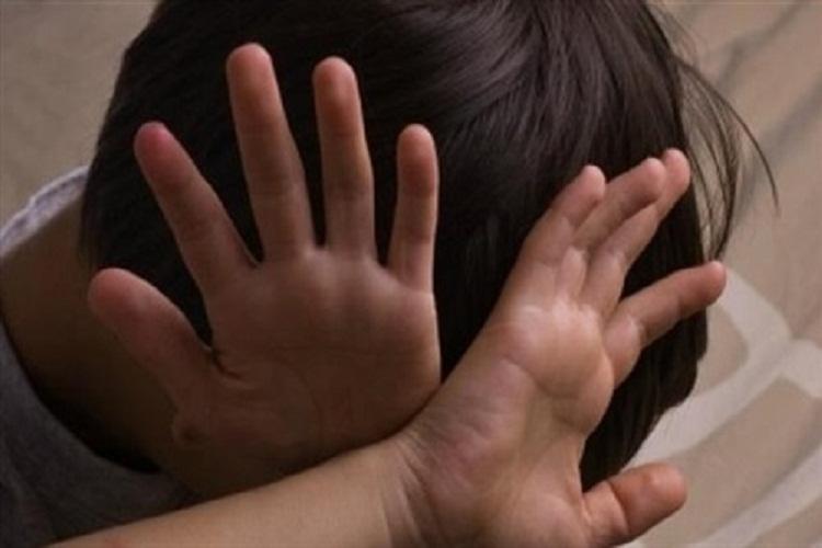 جريمة بشعة..سيدة تغتصب ابنها وتروج مشاهد جنسية لهما