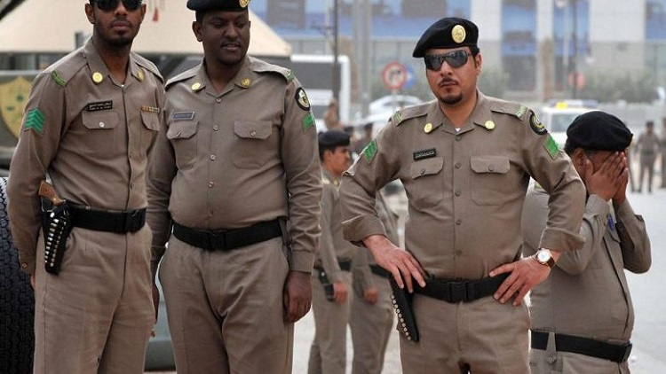خارج عن القانون يروع الأمن السعودي بأسد