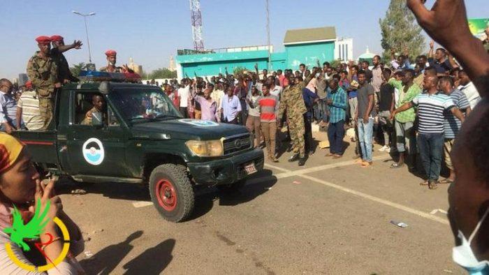 السودان .. قوة عسكرية تبدأ فض الاعتصام