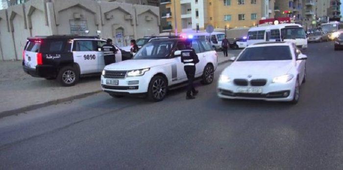 شاب عاري يشتبك مع الأمن في الكويت