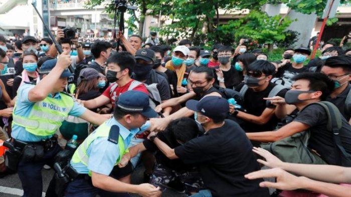 احتجاجات لحشود من الجماهير قرب مطار هونغ كونغ يطالبون بالحرية