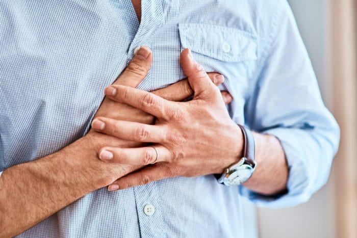 ما هى علاقة ألم الصدر بالقلق؟ ومتى تذهب الى الطبيب