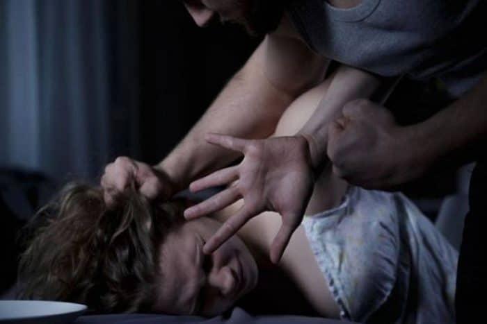 حبس زوج قام بتعذيب وهتك عرض زوجتيه