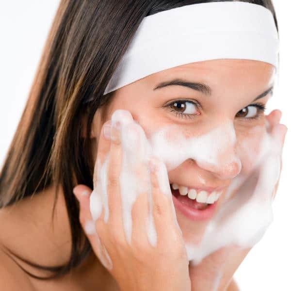 طرق طبيعية لعمل غسول الوجه بالمنزل