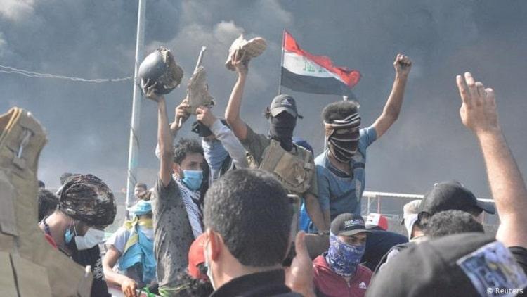 متظاهرون رفعوا شعار الأمم المتحدة وسط بغداد