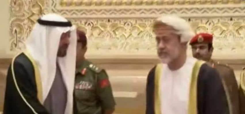 بالفيديو لماذا رفض السلطان هيثم مصافحة محمد بن زايد فى عزاء السلطان قابوس
