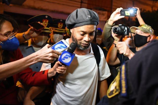 أول ظهور لرونالدينيو بعد خروجه من السجن.. صورة