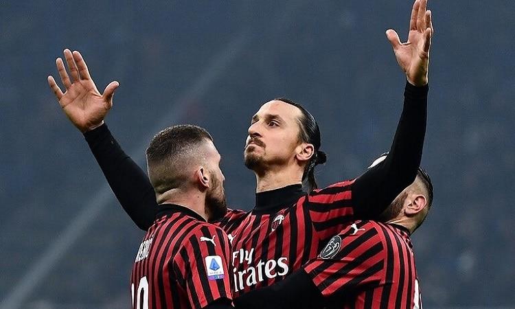 ميلان يطلب من لاعبيه المحترفين العودة إلى إيطاليا