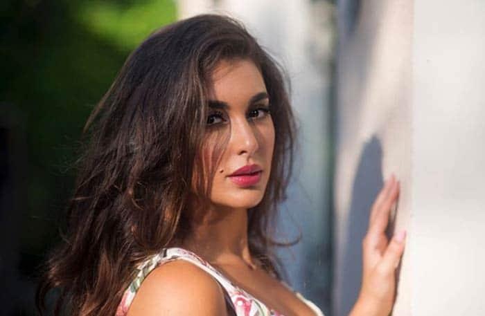 ياسمين صبرى تشعل السوشيال ميديا بقوامها الممشوق