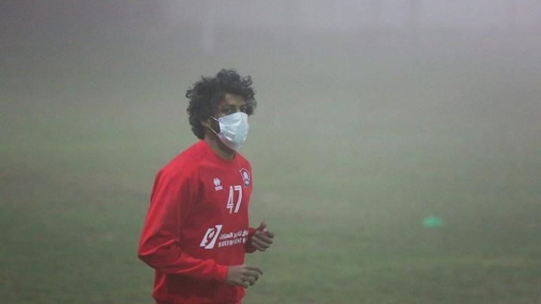 لاعبو الرائد السعودي يتدربون بالكمامات.. صور