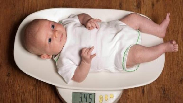 نقص وزن الرضيع بعد الولادة