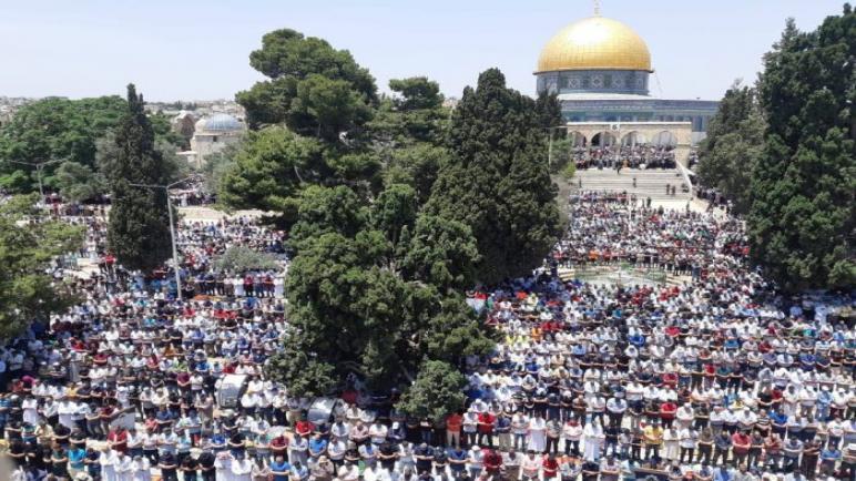 الآف الفلسطينيين يؤدون صلاة الجمعة الأخيرة من رمضان فى المسجد الأقصى