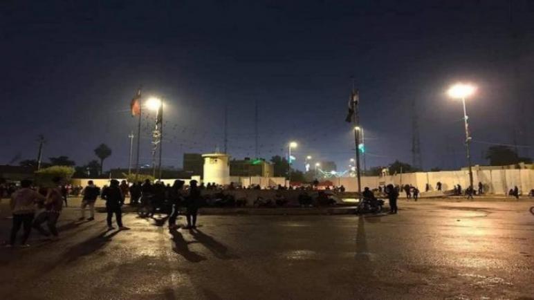 اصابة متظاهرين اثناء محاولة اقتحام مبنى مجلس محافظة كربلاء فى العراق
