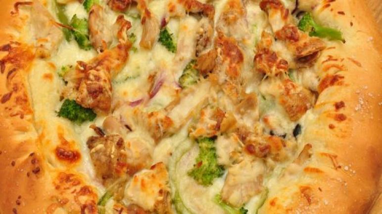 طريقة عمل البيتزا بالدجاج في المنزل