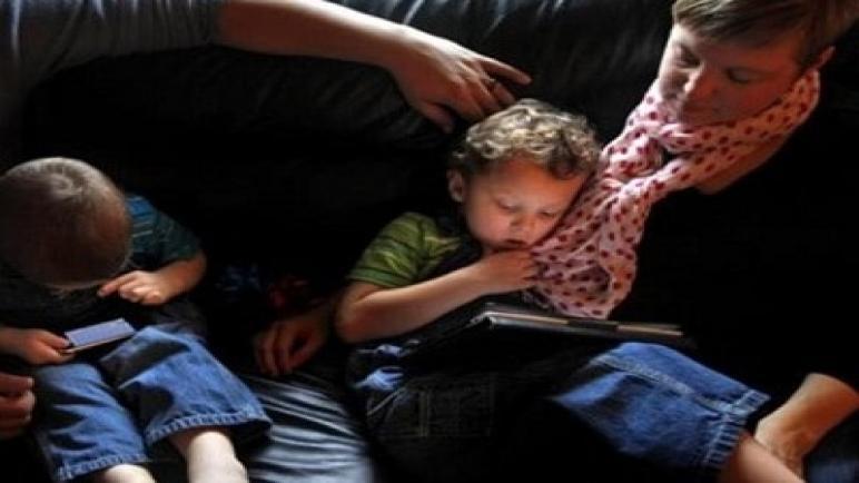 تحذير طبي من ازدياد استخدام الهواتف الذكية للأطفال